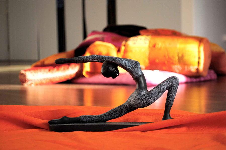 Lunging figurine